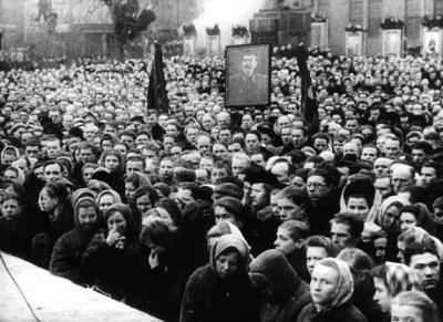 Một cuộc mit-tinh được tổ chức tại một nhà máy ở Leningrad sau cái chết của Stalin, tháng 3 năm 1953.