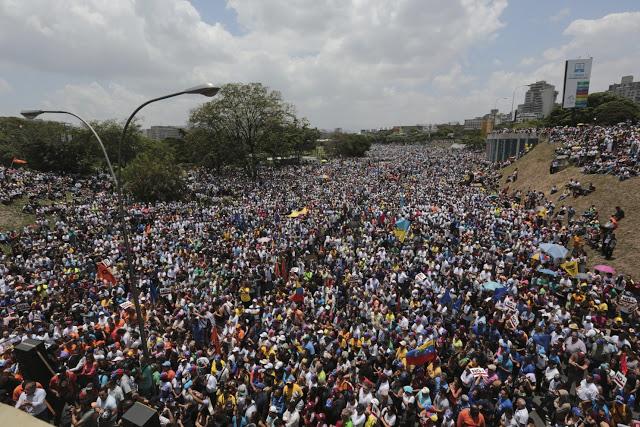 Ảnh của tờ Washington Post chụp người biểu tình ở thủ đô Caracas.