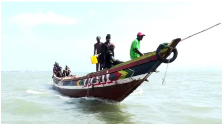 Hình 4: Chiếc thuyền gỗ đánh cá mong manh của ngư dân Guinea luôn luôn bị xua đuổi và trấn áp bởi những con tàu sắt lưới rà lớn /super trawlers của Trung Quốc [nguồn: BBC World-Africa 8 July 2016]