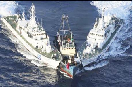 Hình 6: Tàu Trung Quốc húc chìm tàu cá Việt Nam ngay trong Vùng Kinh Tế Đặc quyền / Exclusive Economic Zone của Việt Nam; đây chỉ là một trong chuỗi những sự kiện liên tục TQ tấn công các tàu cá của Việt Nam. [nguồn: Bloomberg News May 26, 2014]