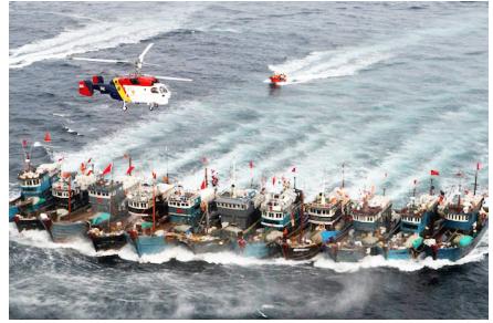 Hình 7: Đoàn tàu đánh cá lậu Trung Quốc bỏ chạy khi bị lực lượng tuần duyên Nam Hàn truy đuổi; liệu bao giờ có một hình ảnh hào hùng như vậy với một lực lượng tuần duyên của Việt Nam [nguồn: báo Dong-A Ilbo]