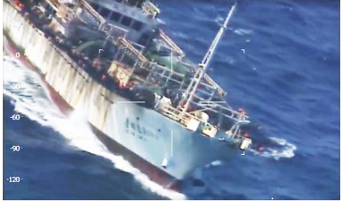 Hình 8: Argentina, Nam Mỹ đánh chìm tàu đánh cá lậu Trung Quốc [nguồn: AFP/ Getty Images 15 March 2016]